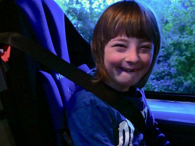 Kjell erhält Spezial-Kindersitz zur sicheren Beförderung im Schulbus